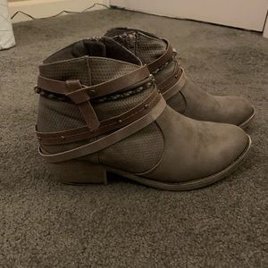 Super cute ankle booties!